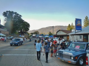 Large crowd enjoys North Fork Hot August Night - photo by Aaron Kern