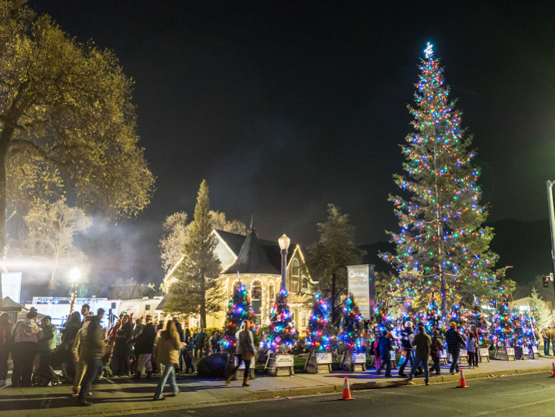 Christmas In Oakhurst Ca 2020 Oakhurst Christmas Tree Lighting 2017 X ws tree and people with