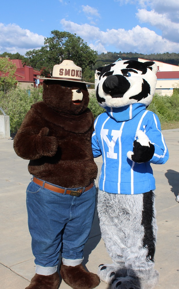 Finish Line Smokey and the Badger photo by Julie Fulmer Yosemite Sierra Visitors Bureau