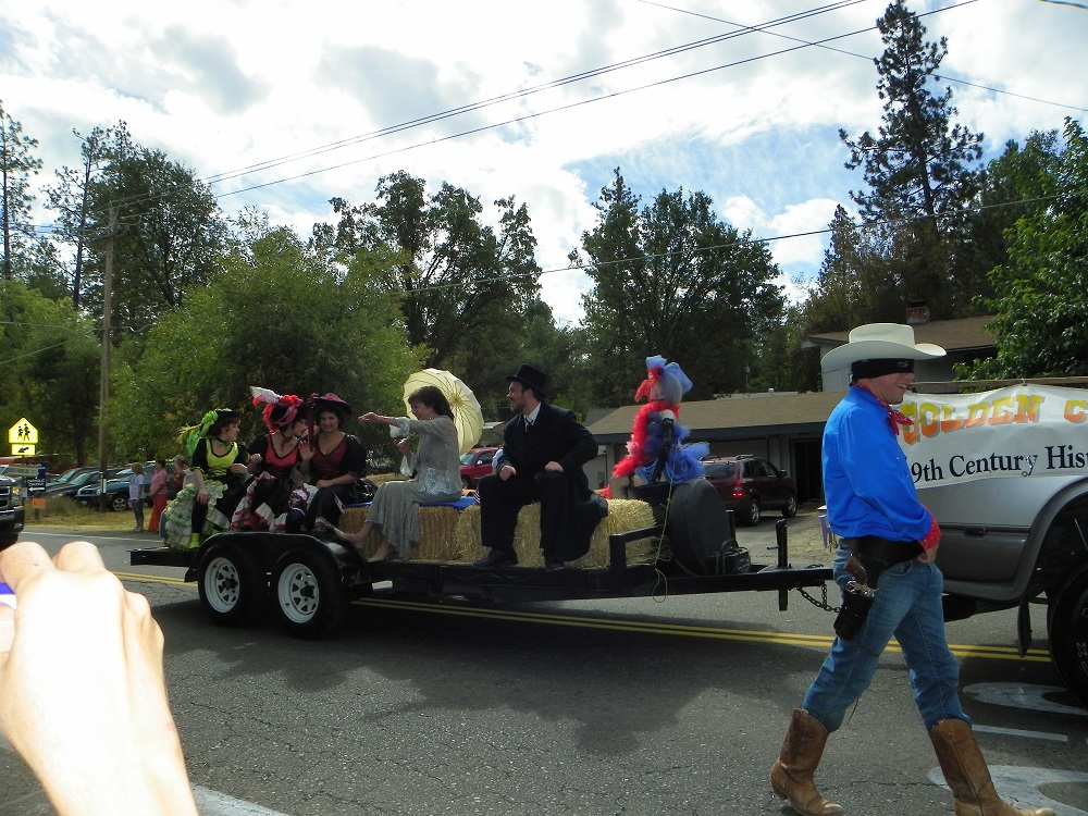 Mountain Heritage Days Parade 2013 - Golden Chain Theater 1 - Photo by Kellie Flanagan